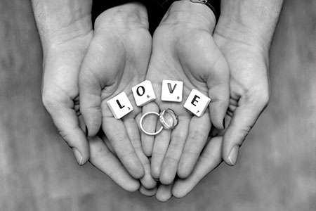 Hochzeitsfoto Hand mit Ringen